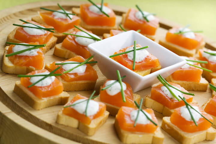 Appetizers like chicken wings dip cheese salsa and more for Canape para coctel