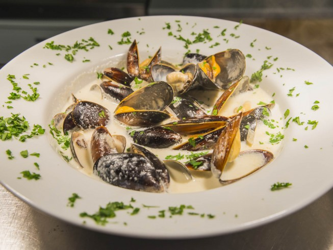 how to make mussels in cream garlic sauce